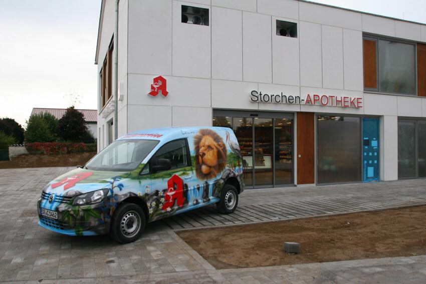 Die Storchen-Apotheke kurz vor der Eröffnung mit Lieferfahrzeug